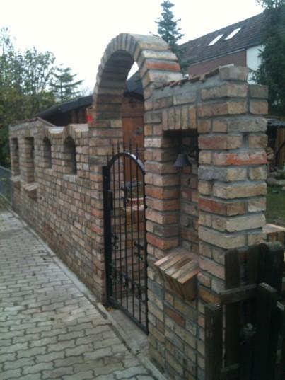 Hoppenjans, Mauer mit Fenstern, Eingangstor Gitter